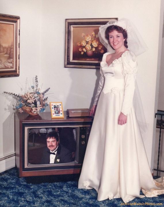 novia parada junto a la televisión viendo una imagen de su esposo