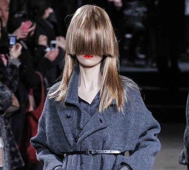 mujer en un desfile de modas con el fleco más abajo de la nariz