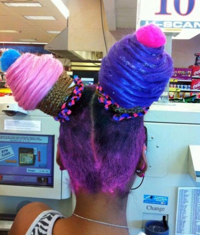 mujer con el cabello como conos de helado
