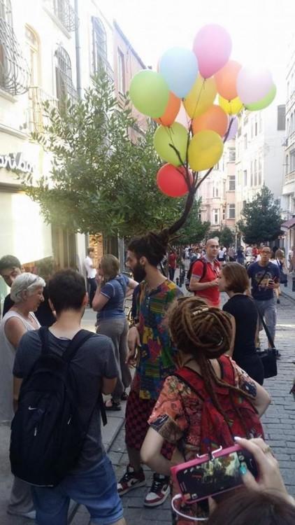 hombre con globos en el cabello