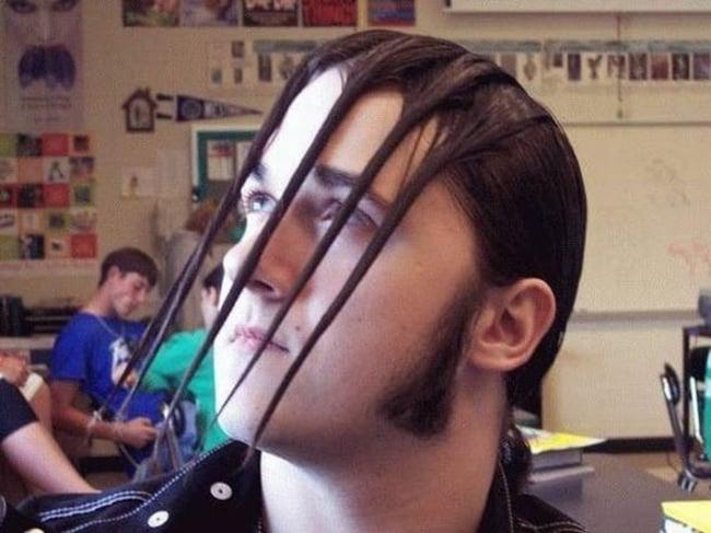 hombre con el cabello en forma de garras