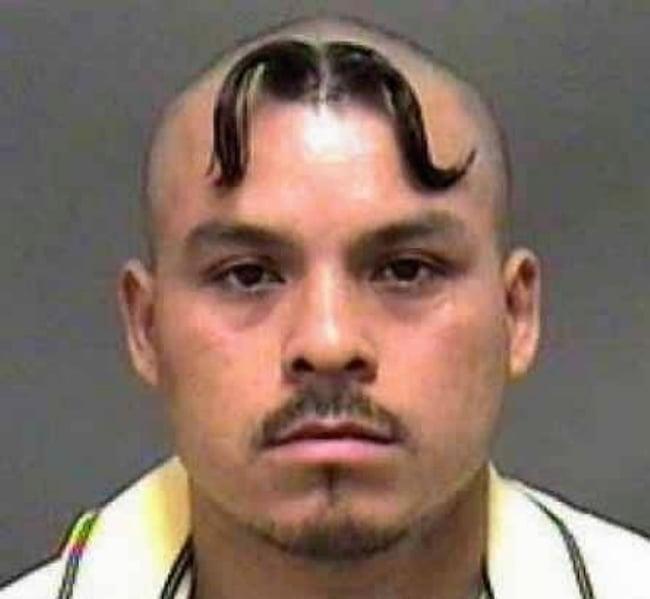 hombre con el cabello en forma de bigote