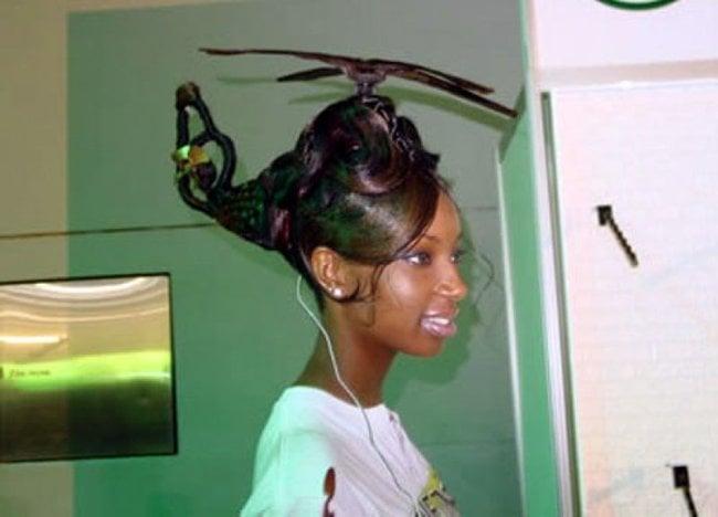 mujer con el cabello en forma de helicóptero