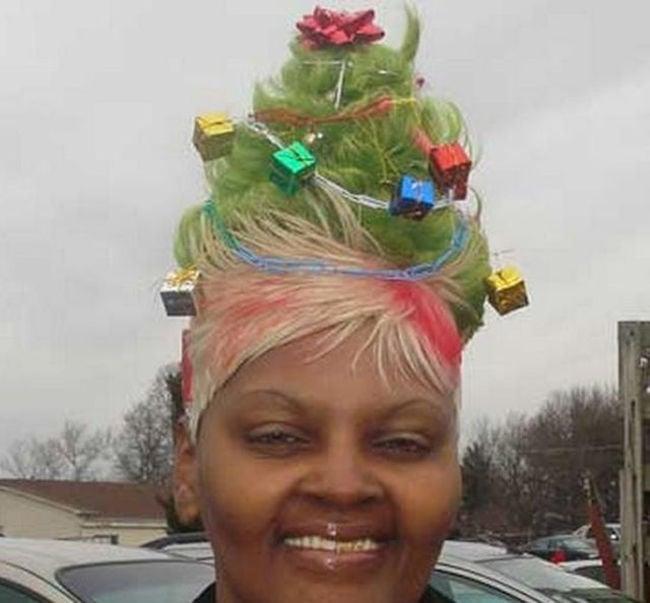 mujer con el cabello como pino de navidad con regalos, moños y luces
