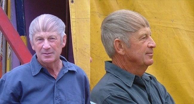 hombre anciano con el cabello peinado de atrás hacia adelante