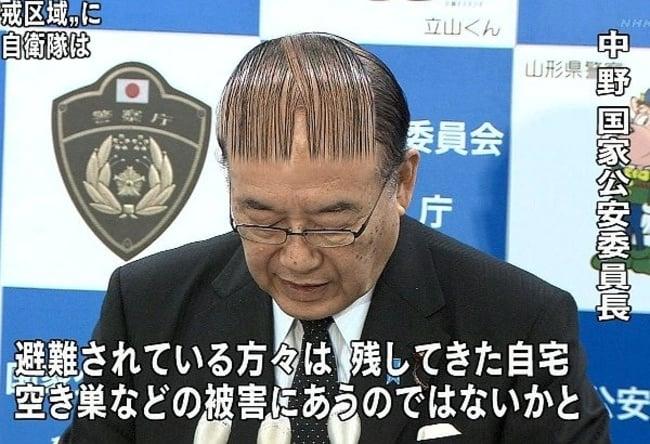 hombre con el pelo como código de barras