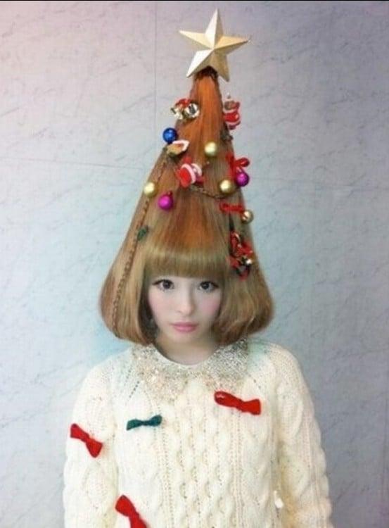 mujer con el cabello en forma de pino de navidad