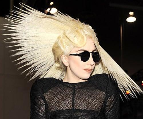 mujer con un sobrero de paja hecho de cabello