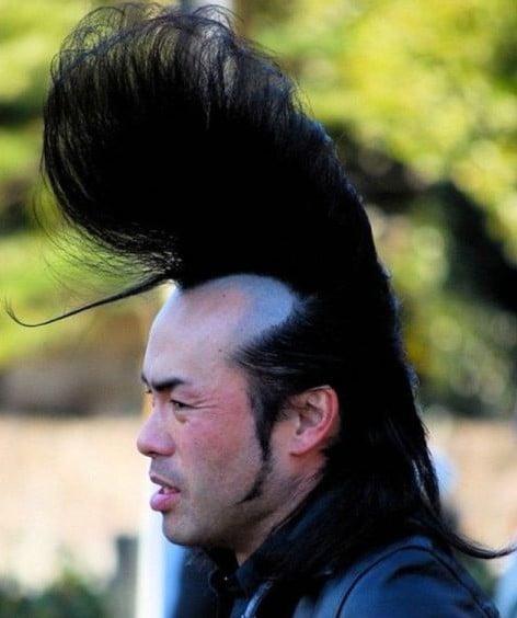 hombre con el cabello largo levantado sobre la frente