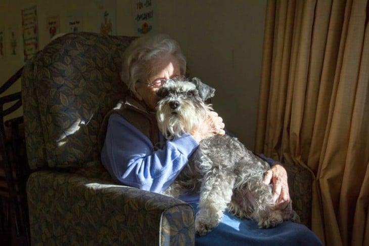 abuela con perro
