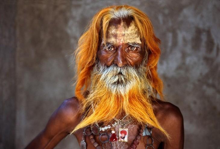 anciano de barba color naranja usando cadenas en su cuello