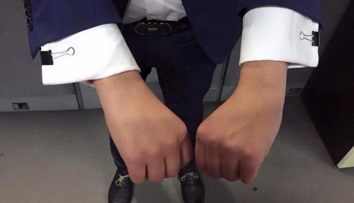 mangas de una camisa sujetada con broches