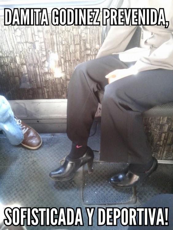 mujer enseñando sus calcetas con tacones en el metro