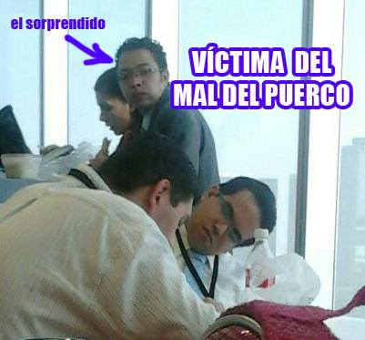 persona dormida en el comedor de la oficina