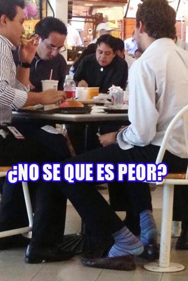personas comiendo en una plaza comercial