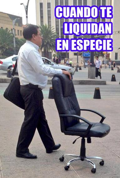 persona arrastrando una silla por la calle