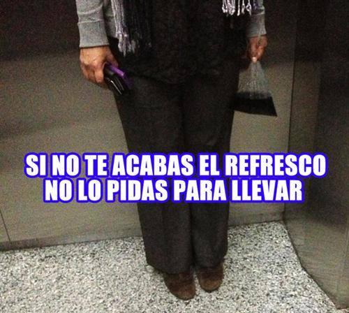 mujer en el elevador con un refresco de bolsa