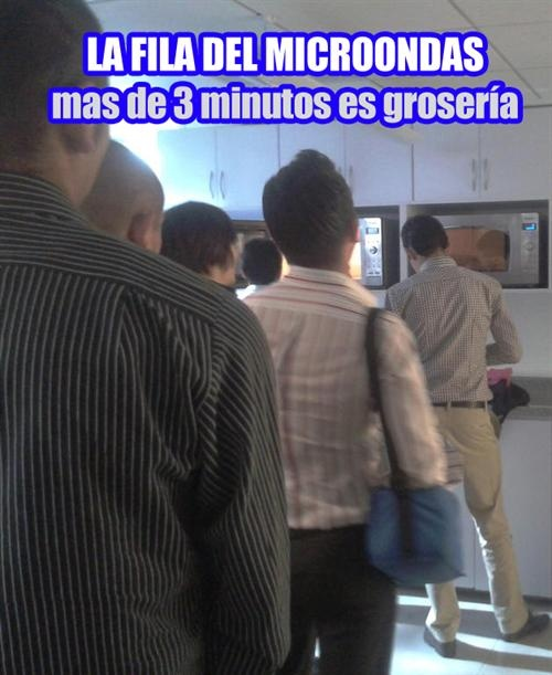 fila para calentar la comida en el trabajo