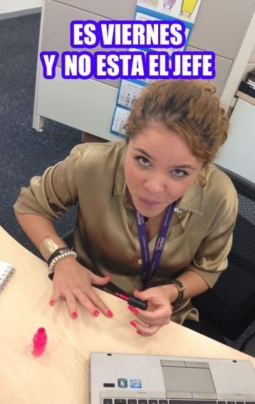 mujer pintándose las uñas en la oficina