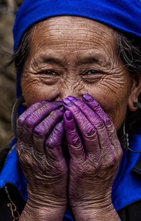 mujer riendo con la boca tapada Réhahn