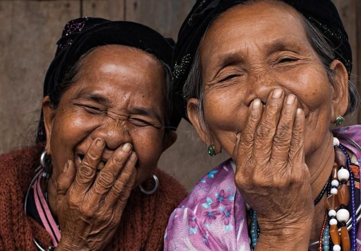 mujeres riendo con la boca tapada Réhahn