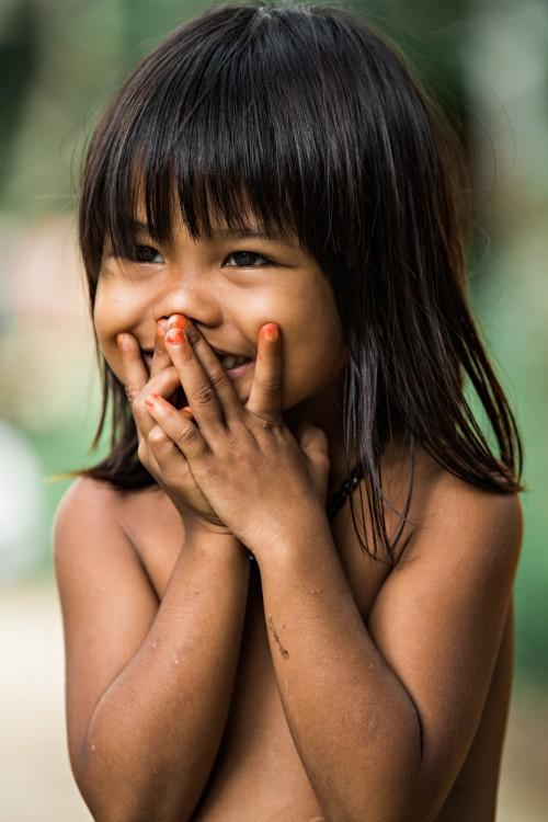 nena riendo con la boca tapada Réhahn
