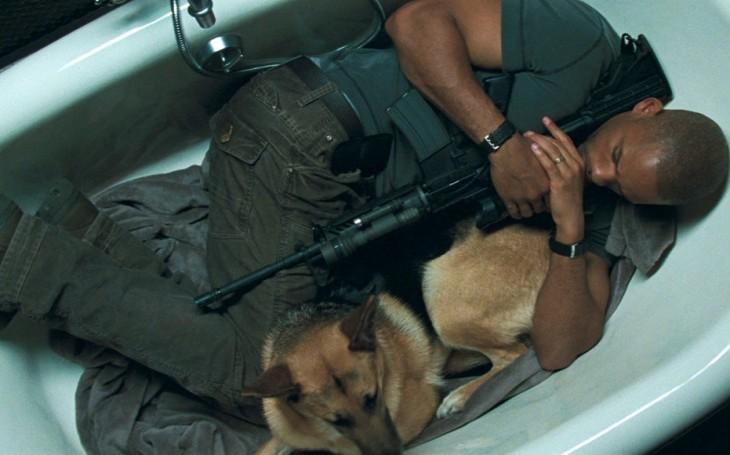 soldado dormido con su perro en la tina