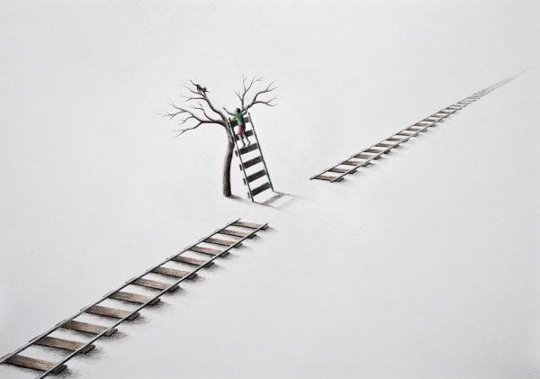 via del tren usada como escalera en un arbol