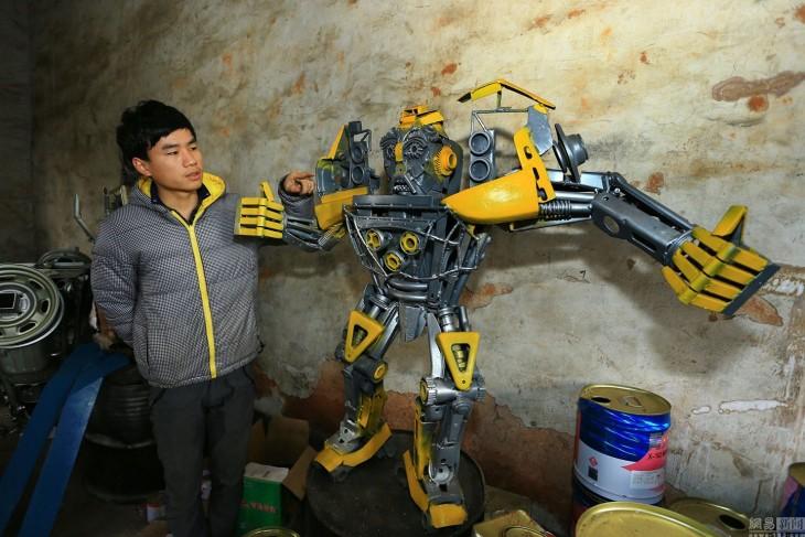 muchacho al lado de transformer amarillo