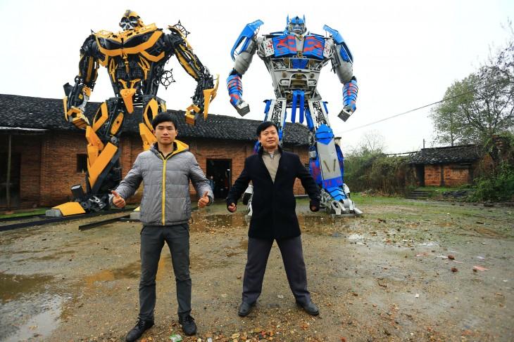 padre e hijo al lado de los transformers