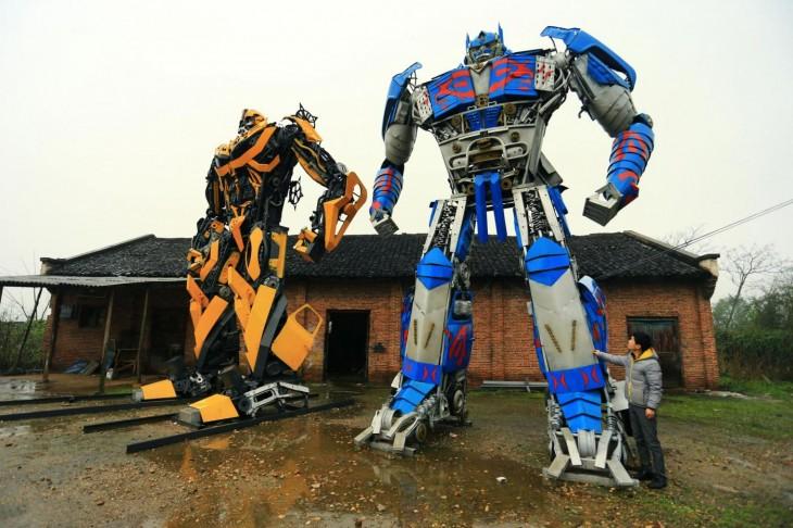 dos transformers, uno amarillo y otro multicolor