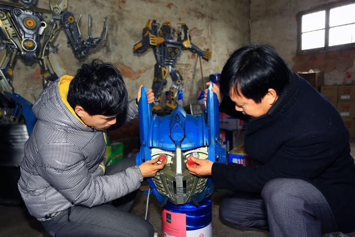 padre e hijo arreglando la cabeza de un transformer