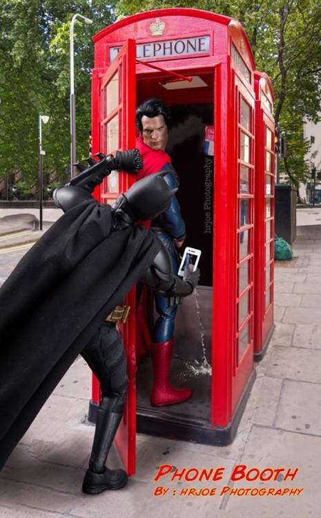 batman encuentra a superman orinando en una caseta telefonica en versión irónica de Edy Hardjo.