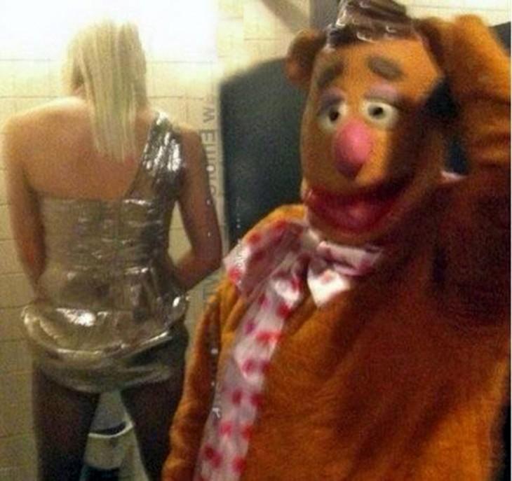 peluche observa a vhica en un baño