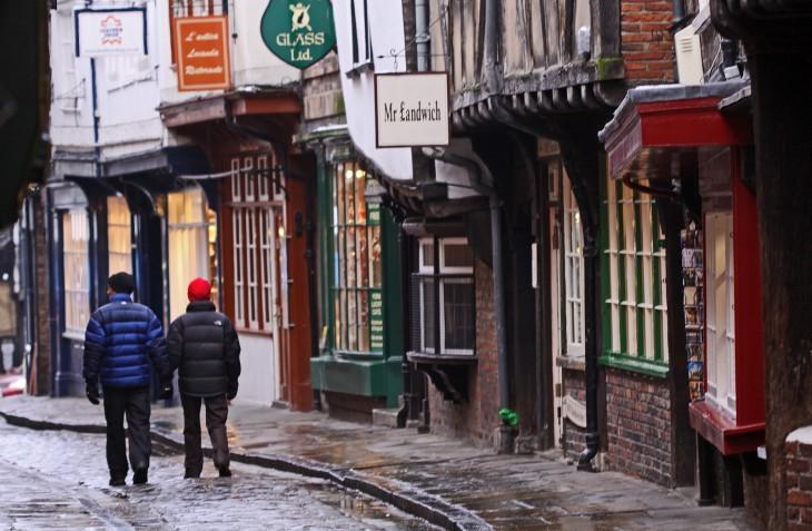 hombres caminando por las calles antiguas de europa