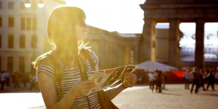 mujer  con un mapa por alemania
