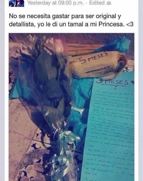 hombre que le regala un tamal una carta y una rosa  como muestra de su amor de 5 meses
