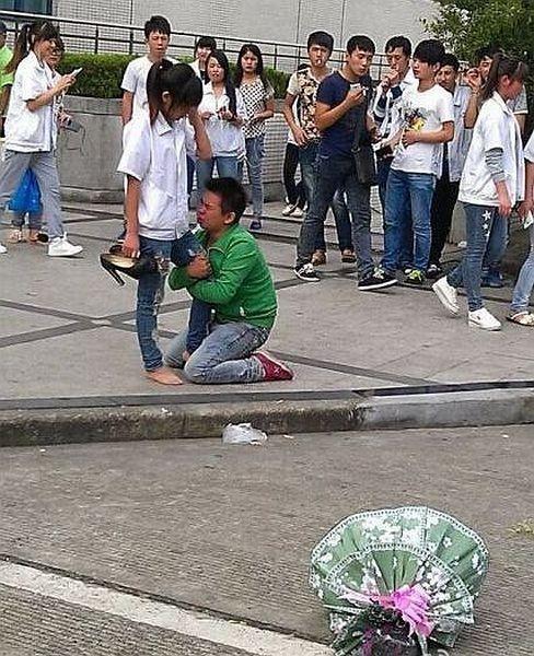 niño asiatico le pide a novia que no lo deje delante de todos pero la novia le dije que no