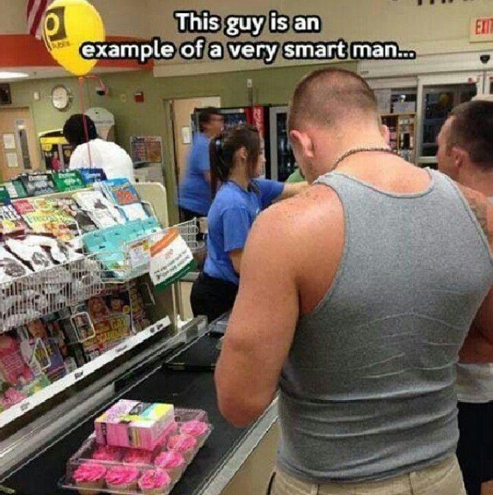 hombre comprando tampones y pastelillos