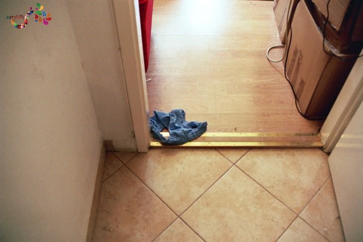 Foto interior masculina tirada en la puerta del baño