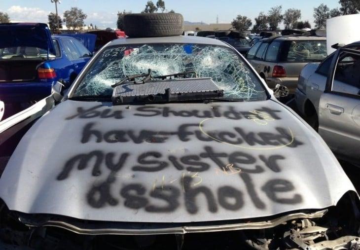 mensaje en el carro y aerosol para decirle que se metio con su hermana