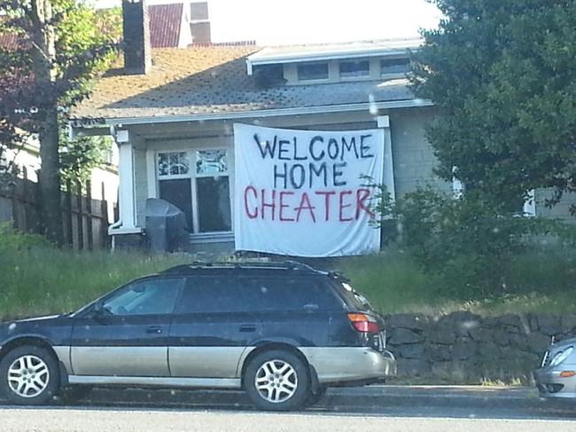 mensaje de bienvenida a esposo infiel afuera de su casa al parecer abandonada