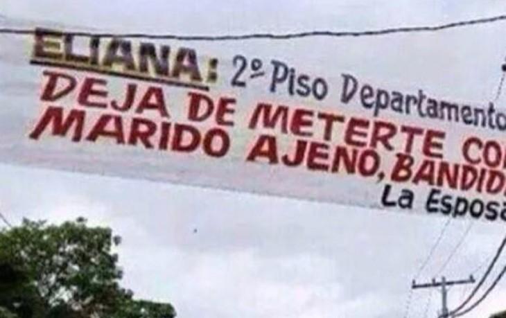 mujer pide a la amante deje en paz a su marido con un cartel en todo lo ancho de la calle
