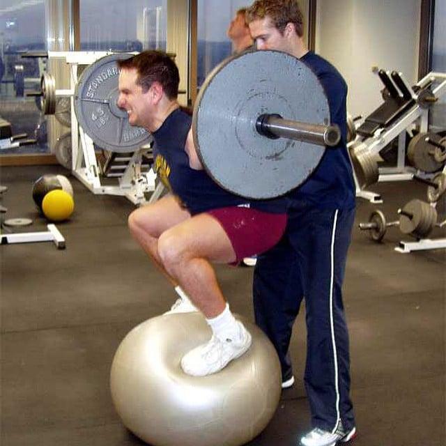 hombre en el gimnasio haciendo ejercicio de forma peligrosa
