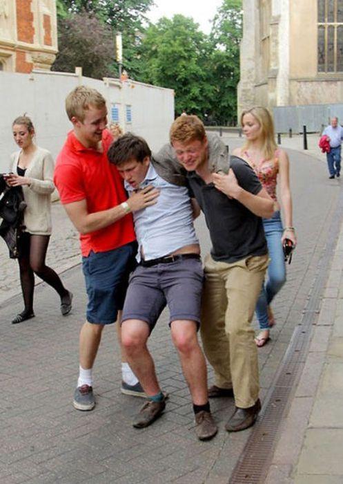 amigos intentando llevarse a su compañero borracho y necio de la universidad