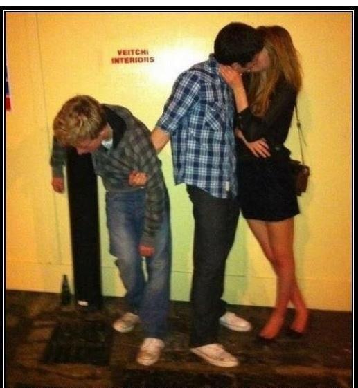 amigo mientras besa a la novia no suelta al que esta muy borracho