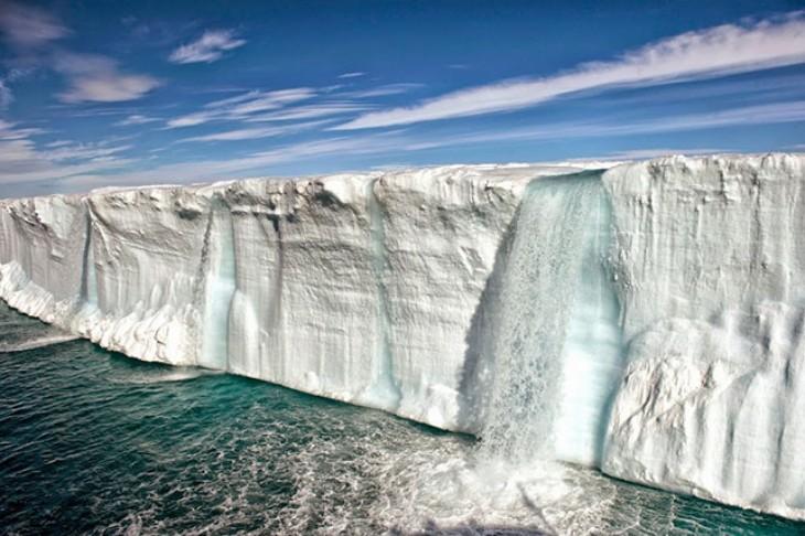 Enorme fusión de icebergs, cerca de la isla de Svalbard en Noruega