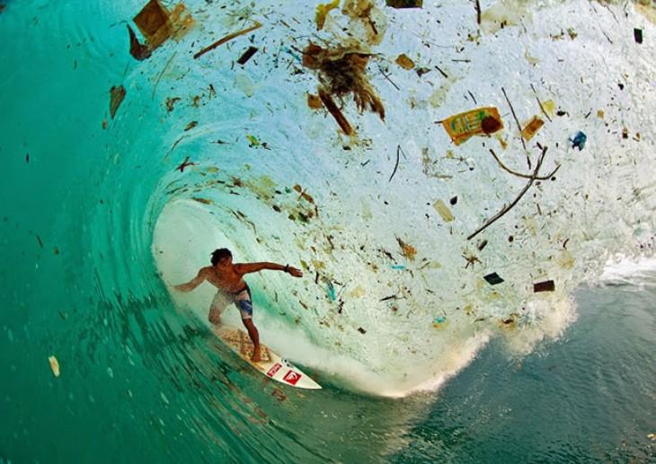 Surfeando en una ola de basura, en Java (Indonesia)