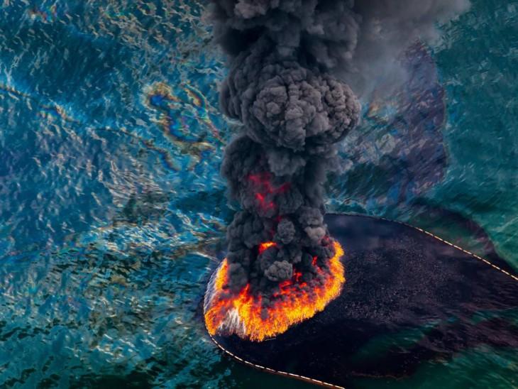 Fuego en una plataforma petrolera en el Golfo de México, abril 2010