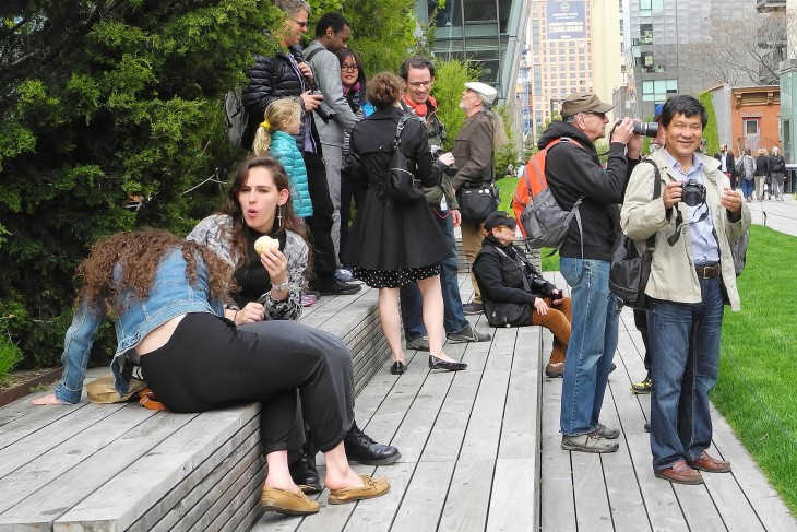 reunion de personas en una plaza